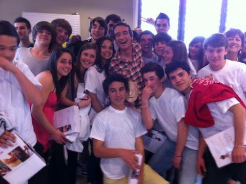 Fred avec les élèves du lycée du Pic Saint Loup à Saint-Clément de Rivière lors du tournage de l'émission «C'est pas sorcier»